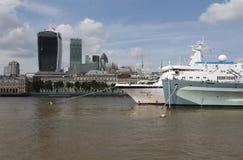 Barco de cruceros y HMS Belfast en el río Támesis Londres Imágenes de archivo libres de regalías