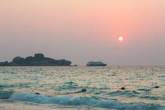 Barco de cruceros y la salida del sol Fotos de archivo libres de regalías