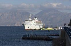 Barco de cruceros y montañas, Creta, Grecia Foto de archivo