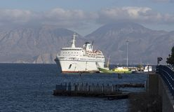 Barco de cruceros y montañas, Creta, Grecia Fotos de archivo