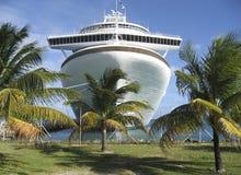 Barco de cruceros y palmeras Imagenes de archivo