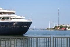 Barco de cruceros y parque eólico Fotos de archivo libres de regalías