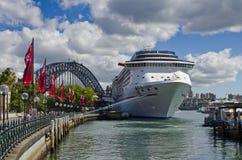 Barco de cruceros y puente de la leyenda del carnaval Foto de archivo