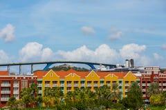Barco de cruceros y puente más allá del centro turístico colorido Fotos de archivo libres de regalías