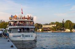Barco de cruceros y un hotel Fotografía de archivo