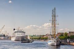 Barco de cruceros y velero en el terraplén de Neva River Fotos de archivo libres de regalías