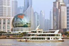 Barco de Cruis no Rio Huangpu, Shanghai, China Fotos de Stock