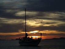 Barco de cruzamento do partido de Ibiza no por do sol Fotografia de Stock Royalty Free