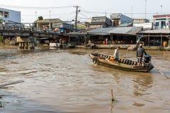 Barco de dos hombres abajo del río Mekong en la bahía de Nga, Vietnam Foto de archivo
