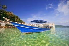 Barco de encontro ao céu azul. imagens de stock royalty free