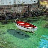 Barco de enfileiramento amarrado acima e espera fotos de stock royalty free