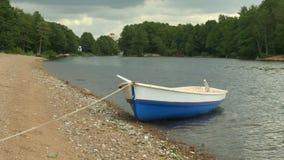 Barco de enfileiramento amarrado video estoque