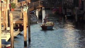 Barco de enfileiramento do homem no canal de Veneza fotografia de stock royalty free