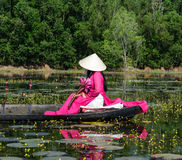 Barco de enfileiramento dos povos no lago dos lótus Fotografia de Stock Royalty Free