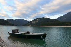Barco de enfileiramento em Sylvensteinstausee fotos de stock