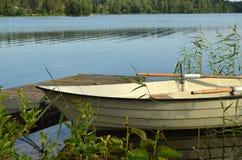 Barco de enfileiramento em um lago calmo Imagem de Stock Royalty Free