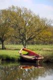 Barco de enfileiramento no banco de rio imagens de stock royalty free
