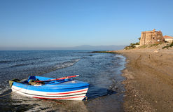 Barco de enfileiramento no mar no nascer do sol em Spain Fotografia de Stock Royalty Free