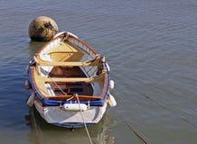 Barco de enfileiramento no porto Imagens de Stock Royalty Free
