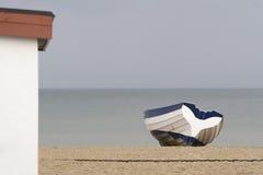 Barco de enfileiramento pelo mar Imagem de Stock