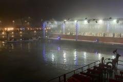 Barco de enfileiramento, suportes do Xmas e pista de gelo de flutuação no enbakm de Darsena Fotos de Stock