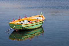 Barco de enfileiramento verde no porto em Argostoli, Kefalonia, Septem Imagens de Stock