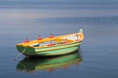 Barco de enfileiramento verde no porto em Argostoli, Kefalonia, Septem Imagens de Stock Royalty Free