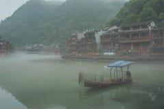 Barco de Fenghuang por mañana Imagen de archivo
