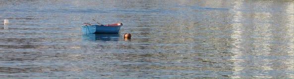 Barco de fila azul en puerto Fotos de archivo libres de regalías