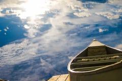 Barco de fila en el cielo imagenes de archivo