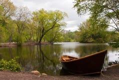 Barco de fila en el lago Fotos de archivo libres de regalías
