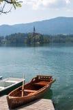 Barco de fila en el lago Bled y la isla sangrada Fotos de archivo
