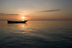 Barco de fila en la puesta del sol en zanzibar África 1 Fotos de archivo libres de regalías