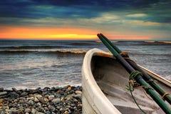 Barco de fila en Playa Waikiki en Lima, Perú en la puesta del sol Imagen de archivo libre de regalías