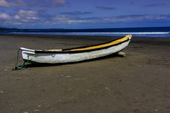 Barco de fila encontrado en una playa imágenes de archivo libres de regalías