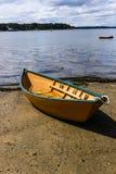 Barco de fila hermoso en la playa lista para lanzar foto de archivo