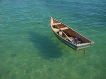 Barco de fila que flota en el agua Fotografía de archivo libre de regalías