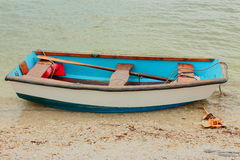 Barco de fileira azul e branco pequeno Fotografia de Stock
