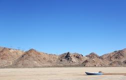 Barco de fileira em um lago seco Fotografia de Stock Royalty Free