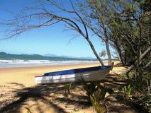 Barco de fileira na praia na praia da missão imagens de stock royalty free