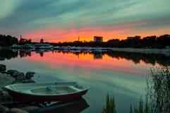 Barco de fileira no litoral do por do sol Fotos de Stock