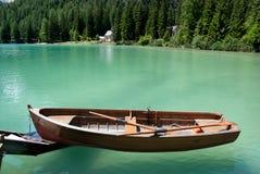 Barco de fileira que flutua na água Fotos de Stock