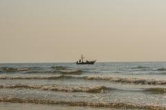 Barco de Fisher en luz de la tarde antes de la puesta del sol Foto de archivo libre de regalías