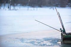 Barco de Fisherman's en el lago congelado el invierno fotos de archivo libres de regalías