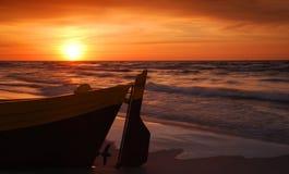 Barco de Fisihing en la puesta del sol Imágenes de archivo libres de regalías