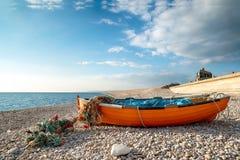 Barco de Fisning na praia de Chesil Imagem de Stock