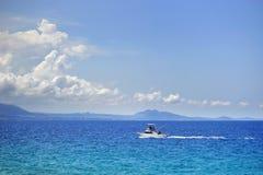 Barco de Fshing en el océano azul profundo Fotos de archivo