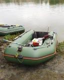 Barco de goma con el engranaje para pescar, cañas de pescar Foto de archivo libre de regalías
