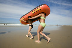 Barco de goma con las piernas Imagenes de archivo