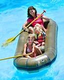 Barco de goma del paseo de la familia. Imagenes de archivo